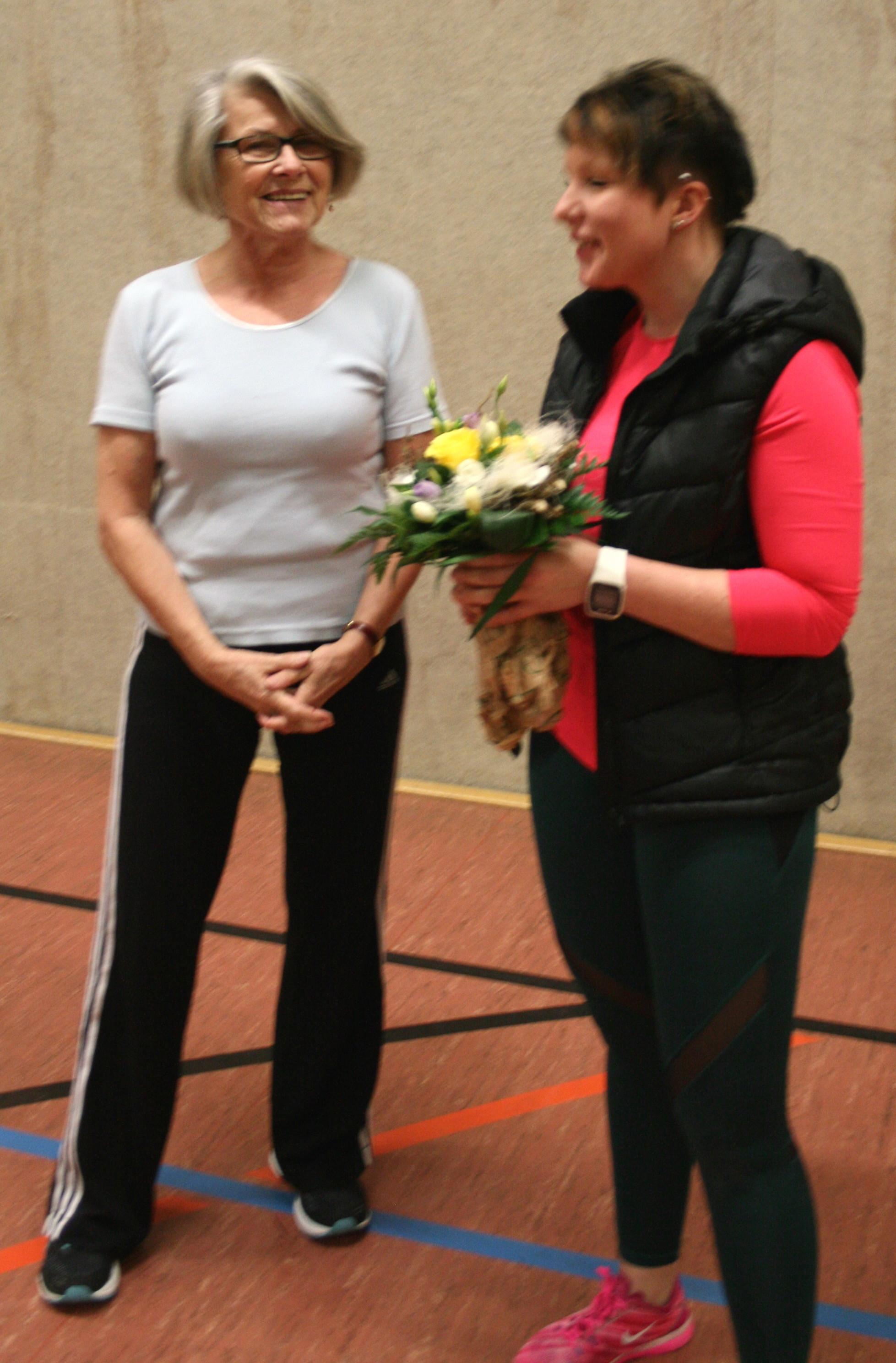 Uschi begrüßt Franzi mit einem Blumenstrauß